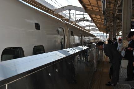 Kyoto, saludo ritual al tren bala del operario de estación